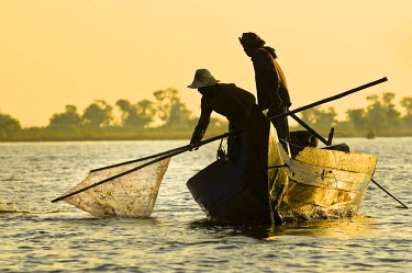 HMS0556808 Cambodia, Siem Reap Province, Siem Reap, Tonle Sap lake, listed Biosphere Reserve by UNESCO, Kampong Pluk village, Srei Tha and his wife Yun Loen fishing shrimps and fishs