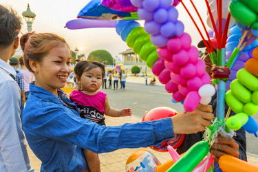 HMS1917585 Cambodia, Phnom Penh, street balloon vendor
