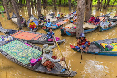 HMS1917782 Cambodia, Siem Reap Province, floating village of Kompong Pluk on Lake Tonle Sap, boat excursion for tourists