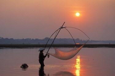 HMS0240397 Laos, Vientiane, Mekong river, fishing at sunset