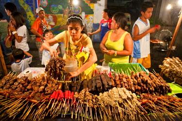 HMS0554307 Philippines, Luzon island, La Union, San Fernando, food market at night, kebab stall