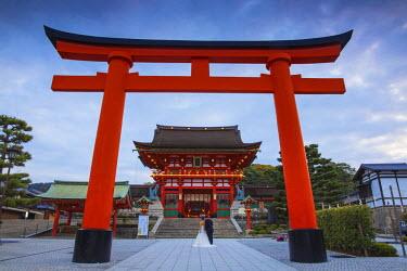 JP03700 Japan, Kyoto, A wedding bride and groom pose at Fushimi Inari Shrine