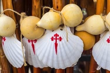 ES03205 Scallop shell & walking sticks, symbol of The Camino de Santiago pilgrimage walk, Santiago de Compestela, Galicia, Spain