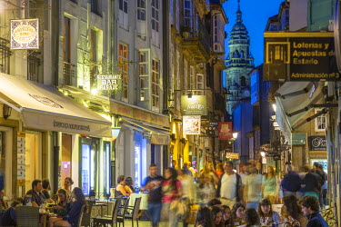 ES03214 Busy central street with restaurants in the evening Santiago de Compestela, Galicia, Spain