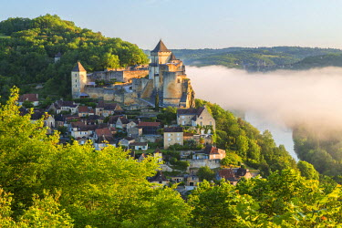 FR05595 Early morning mist, Chateau de Castelnaud, Castelnaud, Dordogne, Aquitaine, France