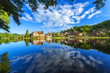 FR05608 Chapelle des Penitente, Dordogne & houses in the town of Beulieu sur-Dordogne, Correze, Limousin, France
