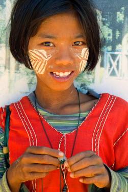 HMS0204171 Myanmar (Burma), young girl portrait