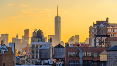 US61266 USA, New York, Freedom Tower over rooftops and water tanks