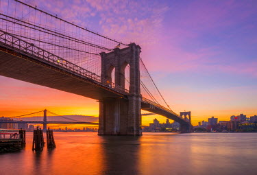 US61272 USA, New York, Manhattan, Brooklyn Bridge and Manhattan Bridge across the East River at sunrise