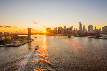 US61279 USA, New York, Lower Manhattan Skyline and Brooklyn Bridge over East River at Sunset