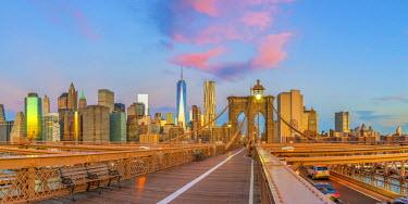 US61286 USA, New York, Brooklyn Bridge and Lower Manhattan Skyline with Freedom Tower