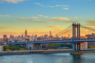 US61303 USA, New York, Manhattan Bridge and Empire State Building in Midtown, East River