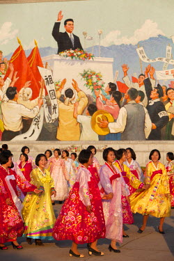 NKO0206 North Korea, Pyongyang. Students engaging in a mass dance in front of a mosaic of Kim Il Sung, depicting his triumphal return to Pyongyang in 1945. The mass dance is taking place to celebrate the Anni...