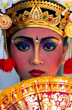 HMS0112730 Indonesia, Bali, Singaraja, portrait of Dewi, Legong dancer at I Nyoman Durpa school