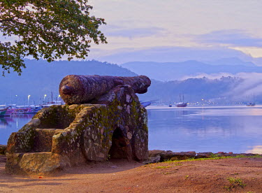 BRA2659AW Brazil, State of Rio de Janeiro, Paraty, View of the Cannon in the Harbour.