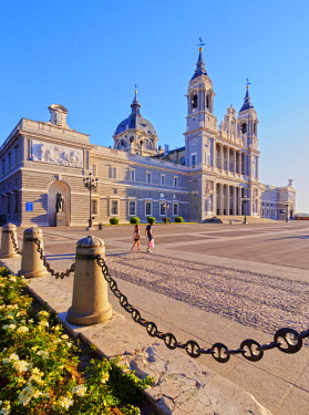 SPA6693AW Spain, Madrid, View of the Cathedral of Saint Mary the Royal of La Almudena and Plaza de la Armeria.