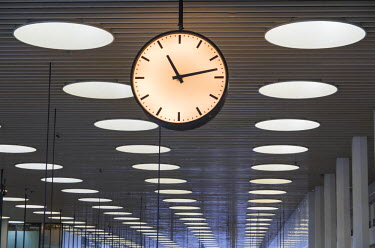 DK01085 Denmark, Zealand, Copenhagen, Copenhagen Intertnational Airport, interior of Terminal 2 with clock