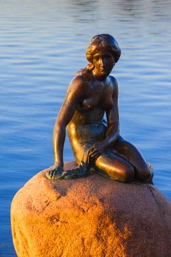 DK01115 Denmark, Zealand, Copenhagen, The Little Mermaid statue, sunrise