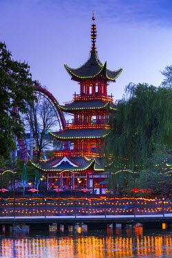 DK01116 Denmark, Zealand, Copenhagen, Tivoli Gardens Amuseument Park, Chinese pavillion