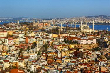 AS37AKA2079 Aerial view of Hagia Sophia, Blue Mosque, Topkapi Palace and the Bosphorus, Istanbul, Turkey