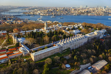 AS37AKA2082 Aerial view of Topkapi Palace and Golden Horn, Istanbul, Turkey