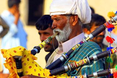 AS28YNI0022 A local musician at Channan Peer festival in Cholistan, Bahawalpur, Pakistan.