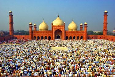 AS28YNI0044 The Muslim gathering for Eid Prayers at Badshahi Masjid, Lahore, Pakistan.