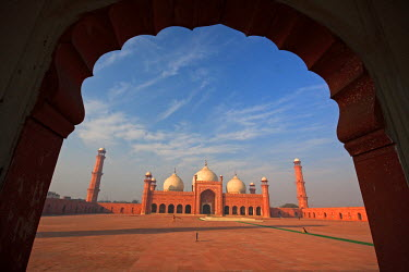 AS28YNI0062 View from the arch of Badshahi Masjid, Lahore, Pakistan.