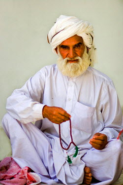 AS28YNI0076 Portrait of a local man in cultural dress in Cholistan,  Pakistan