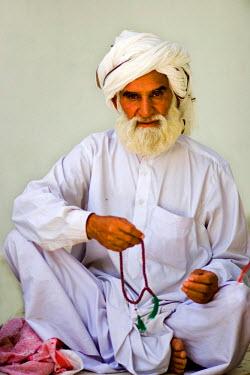 AS28YNI0076 Portrait of a local man in cultural dress in Cholistan,  Pakistan