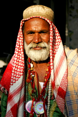 AS28YNI0083 Portrait of a local man in cultural dress in Sadiqabad,  Pakistan