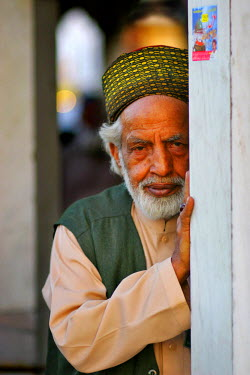 AS28YNI0088 Portrait of a local man in cultural dress in Lahore,  Pakistan
