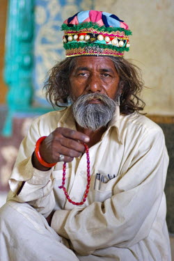 AS28YNI0090 Portrait of a local man in cultural dress in Cholistan,  Pakistan