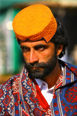 AS28YNI0091 Portrait of a local man in cultural dress in Sadiqabad,  Pakistan