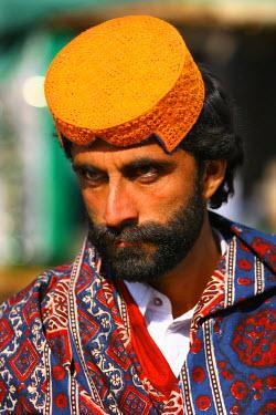 AS28YNI0091 Portrait of a local man in cultural dress in Sadiqabad,  Pakistan