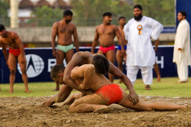 AS28YNI0100 Local wrestlers in a traditional match in Lahore, Pakistan
