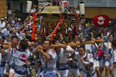 AS15KSU0102 Parade carrying float celebrating Tenji Matsuri Festival, Osaka, Japan