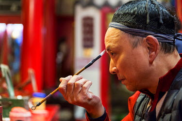 AS07PSO0355 China, Sichuan Province, Chengdu, Performer applies traditional makeup before Chinese Opera show at Shu Feng Ya Yun Sichuan Opera