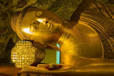 AS06IHO0528 Myanmar. Mandalay. Kusinara pagoda. Reclining Buddha.