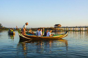 AS06IHO0834 Myanmar. Mandalay. Amarapura. U-Bein Bridge. Photographers jockeying for the best position.