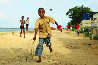 AF21AAS0091 Kenya, Lamu archipelago, Lamu, local boy playing with wheel of bicycle