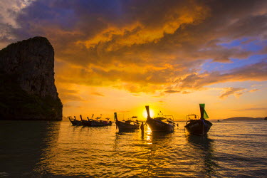 TH03465 Longtail boats on West Railay beach, Railay Peninsula, Krabi Province, Thailand