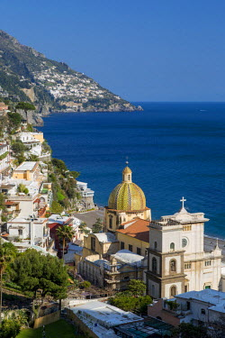 EU16BJN0534 View along the Amalfi coast of the hillside town of Positano, Campania Italy