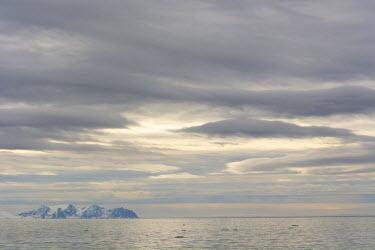 EU21IHO0207 Norway. Svalbard. Krossfjord. Cloudy skies.