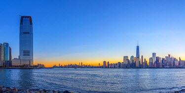 US61327 USA, New York, Manhattan, Lower Manhattan and World Trade Center, Freedom Tower. New Jersey, Jersey City, Paulus Hook on left