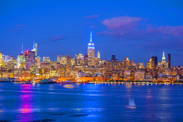 US61334 USA, New York, Manhattan, Midtown Manhattan and Empire State Building across Hudson River