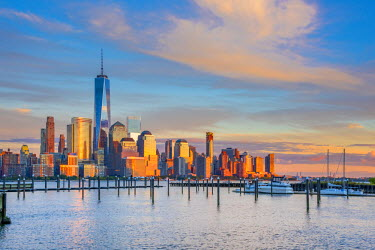 US61351 USA, New York, Manhattan, Lower Manhattan and World Trade Center, Freedom Tower across Hudson River from Harismus Cover, Newport, New Jersey