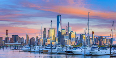 US61355 USA, New York, Manhattan, Lower Manhattan and World Trade Center, Freedom Tower across Hudson River from Harismus Cover, Newport, New Jersey