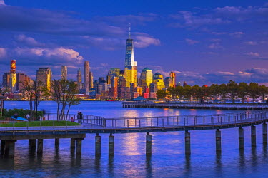 US61358 USA, New York, Manhattan, Lower Manhattan and World Trade Center, Freedom Tower across Hudson River from Pier C Park, Hoboken, New Jersey