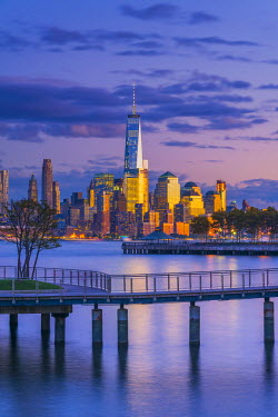 US61360 USA, New York, Manhattan, Lower Manhattan and World Trade Center, Freedom Tower across Hudson River from Pier C Park, Hoboken, New Jersey